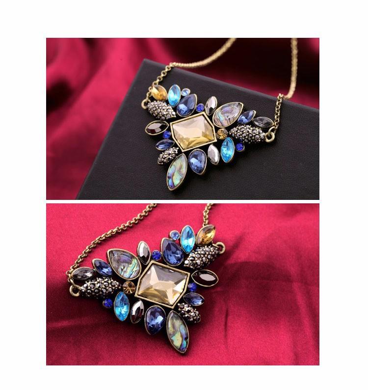 Rhinestone vintage necklace - close-up