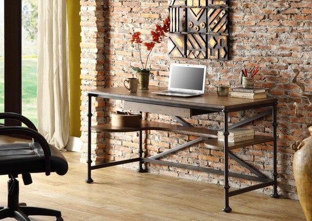 Oud stalen bureau. trendy verhoogde mening van op oud houten bureau