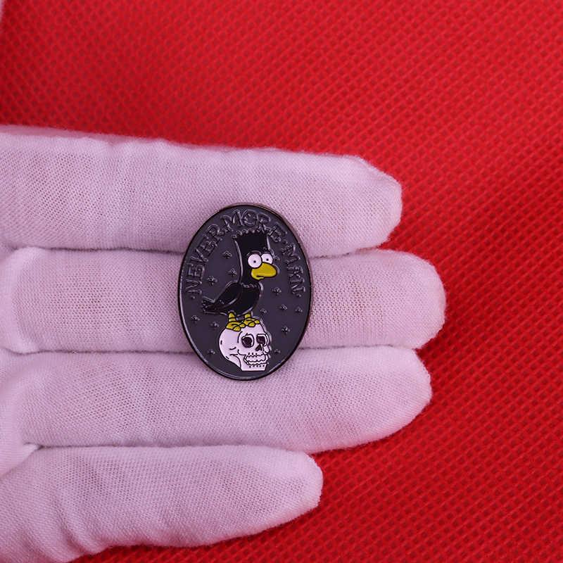 Une jeune femme tenant un crâne dans ses mains Badge épingle
