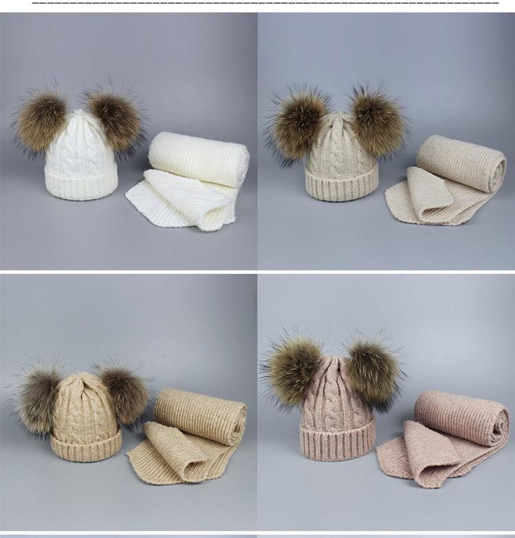 -1_05Bonnet et écharpes tricotés avec pompons en fourrure