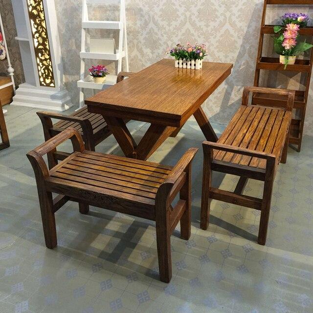 Una combinación de madera maciza pura mesas de comedor y sillas ...