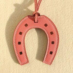Image 4 - LLavero de lujo de piel auténtica con forma de caballo de diseño de marca famosa, llavero con colgante, bolso para chicas y mujeres, accesorios con encanto