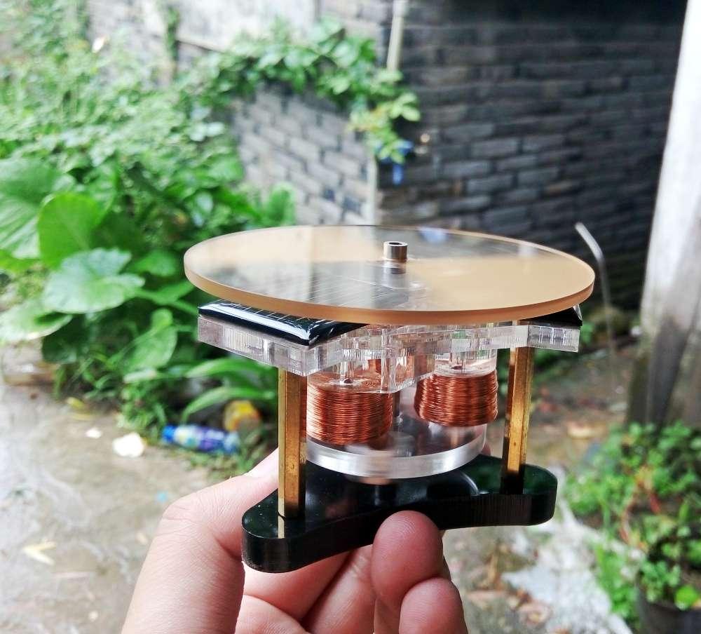 Moteur léger moteur Mendocino fonctionnant par jour pluvieux moteur solaire couvert geek science