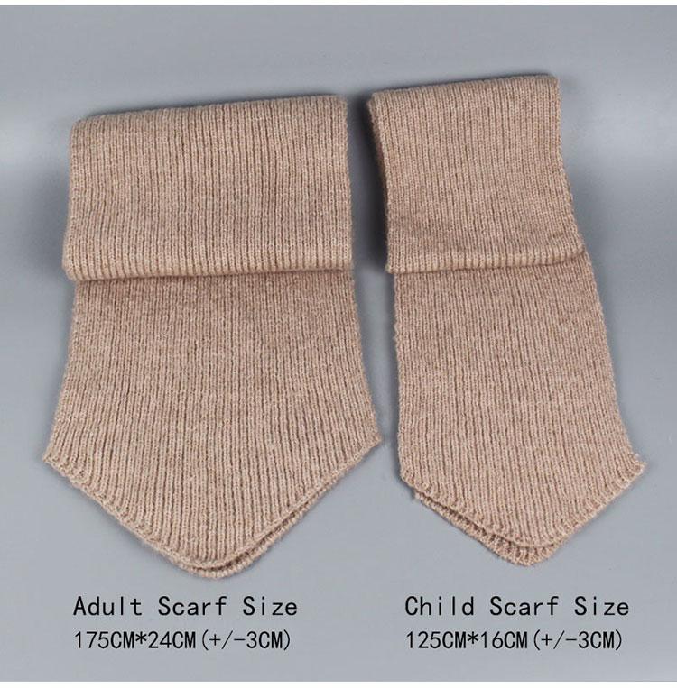 -1_08Bonnet et écharpes tricotés avec pompons en fourrure