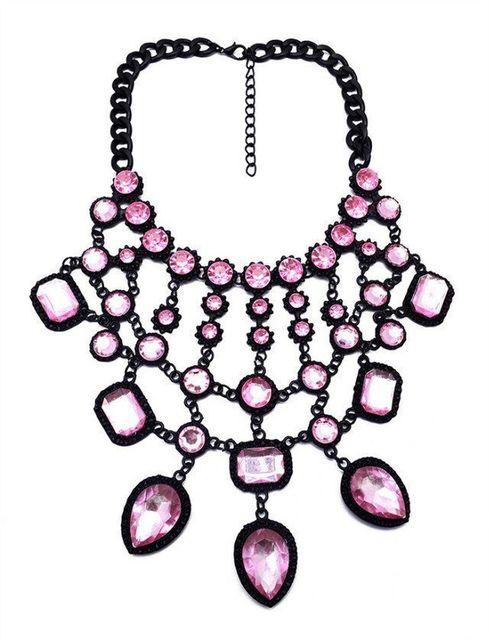 женское ожерелье с подвеской в виде капли массивное кристаллами фотография