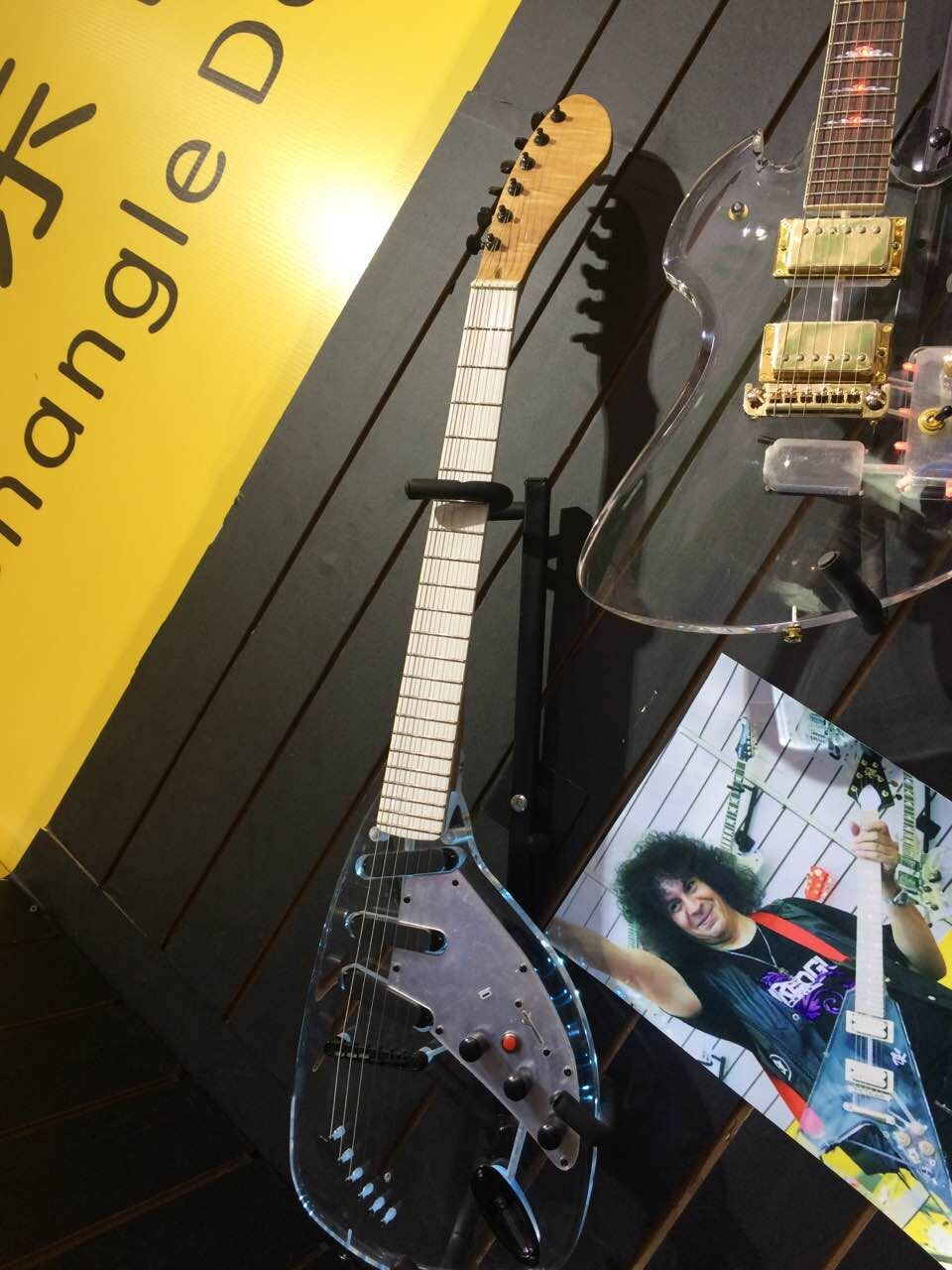 Guitare électrique de corps en cristal haut de gamme d'oem de qualité avec la ficelle de lumière LED par le corps