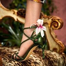Sandalias de Stilettos con tiras de cuero metálico para mujer, zapatos femeninos con adornos de lirio, Punta abierta, correa en el tobillo, tacón Floral, para verano, 2019