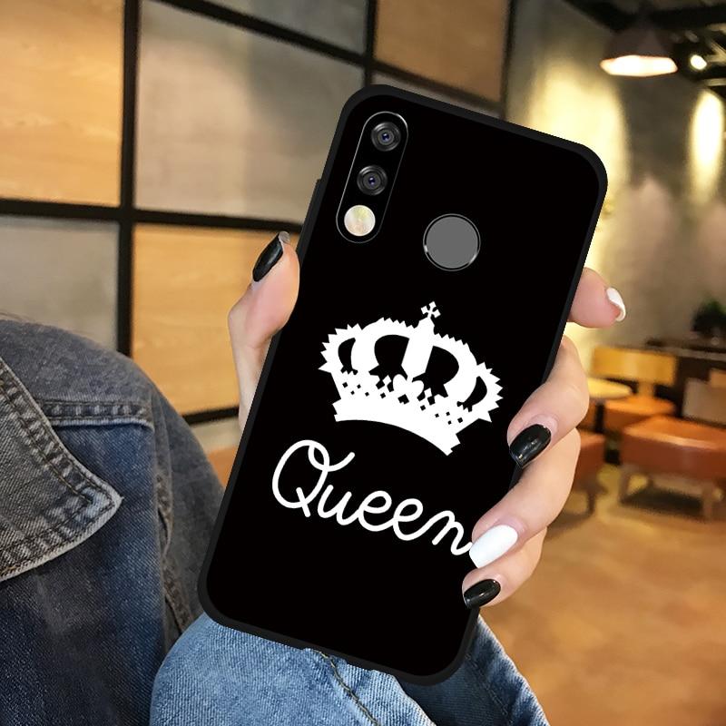 """Napis """"Queen"""" wraz z koroną."""
