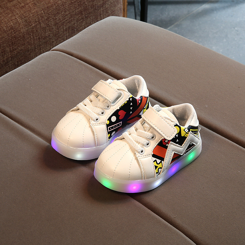 2017 new childrens shoes LED lights light shoes girls magic band poker graffiti sports flash shoes boys rubber anti-skid shoes