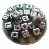 O Envio gratuito de 510 Pçs/lote 10*10 MM Cubo de Acrílico Contas Carta Quadrado Do Alfabeto de Plástico Cor de Prata Do Vintage Jóias DIY Contas espaçador