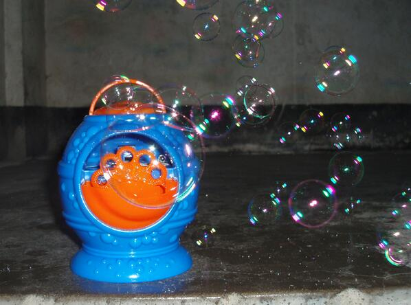 Electronic automatic bubble machine, blue plastic bubble blowing soap bubbles baby toys