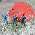 Nueva Mano de Lanzar kids mini juego juguete volador interactivos divertidos juegos de seguridad paracaídas soldados Del Ejército Hombres de Acción Figuras Militares