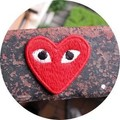 Frete Grátis ~ 100 pçs/lote Bordado vermelho Comme des Garçons Play Sew On ou Ferro No Remendo ~ atacado DIY acessório Applique Do Emblema