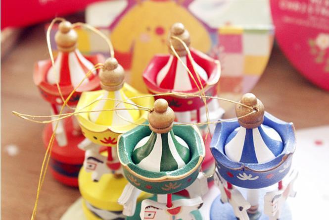 Aliexpress.com Comprar Hermosos colores 6 unids/lote madera adornos navideños para los niños la fiesta de cumpleaños, Kawaii carrusel año nuevo navidad