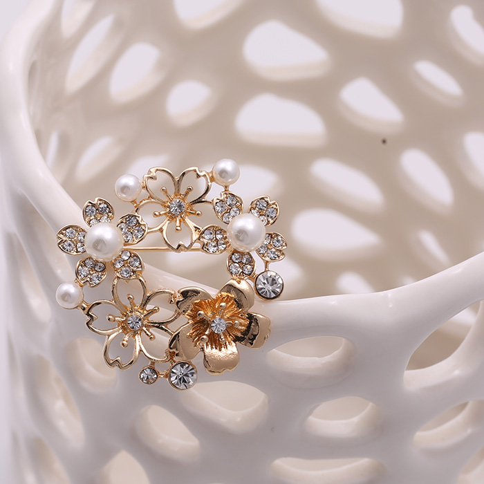 Act the role ofing is tasted European and American fashion brand new set auger as pearl petals hollow out pectoral flower brooch in Brooches from Jewelry Accessories