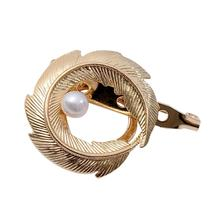 Simple Retro Round Metal Feather Simulated Pearl Brooch for Women Elegant Party Lapel Pins Gold Brooches Jewelry funmor korean round lady brooches simulated pearl metal corsage circle scarf decoration hair sweater cloak buckle pins jewelry