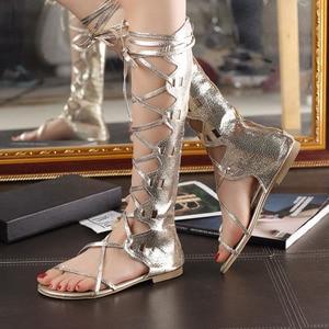 Image 4 - WDZKN جديد أزياء النساء الذهب والفضة عبر الأشرطة كعب مسطح الركبة عالية المصارع الصنادل sandalia غلاديدورا حجم كبير 34 43