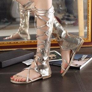 Image 4 - Wdzkn 새로운 패션 여성 골드 실버 크로스 스트랩 플랫 힐 무릎 높은 검투사 샌들 sandalia gladiadora 플러스 크기 34 43