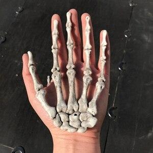 Image 2 - 1 par de decoração realista, tamanho de vida, esqueleto, mãos, plástico, falso, osso de mão, zumbi, festa, adereços assustadores