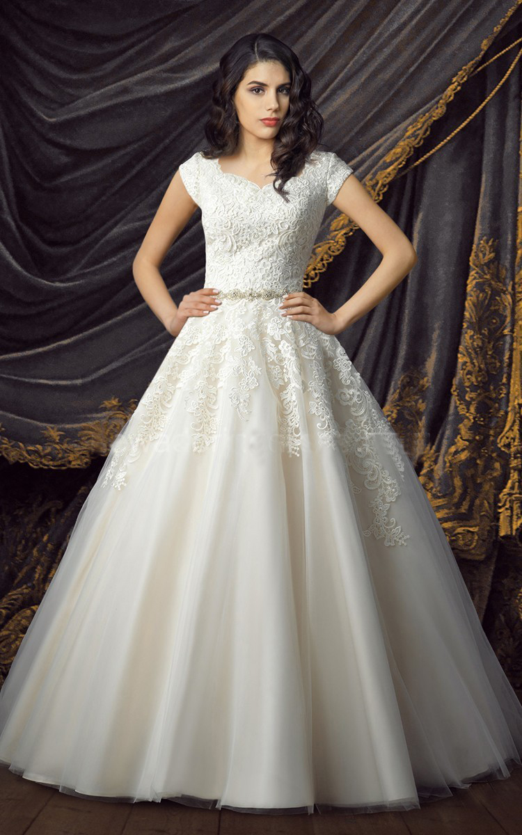 Lace tulle ball gown modest wedding dresses 2017 cap for Big tulle ball gown wedding dress