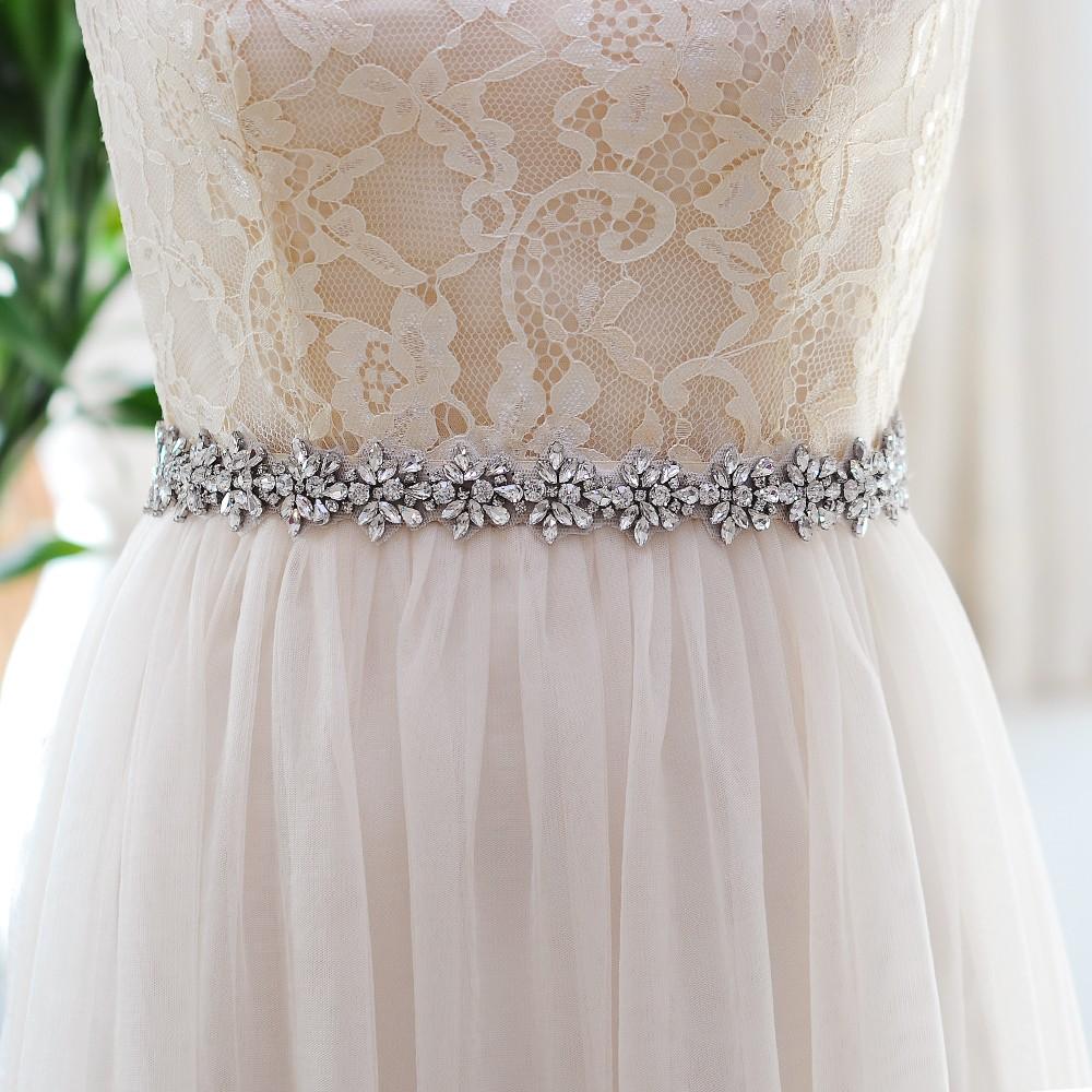 Pas do sukni ślubnej z daleka