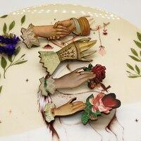 Mode Einzigartige Dame Grau Rose Hände Brosche Gothic Holz Pin Viktorianischen Abzeichen Vintage-Schmuck Zubehör