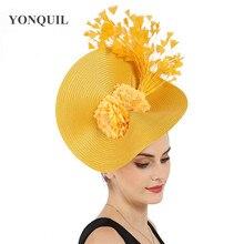 Amarelo grande derby pena cabelo fascinator acessórios noiva headwear lindo headpiece com linda flor acessórios decoração