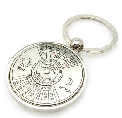 Ingyenes házhozszállítás Fehér cink ötvözet kulcstartó gyűrű 50 éves állandó naptár kulcstartó kör alakú pár kulcstartó férfiak / nők számára