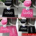 Tapetes de Banho casa de banho Da Marca personalizado Rosa/Preto 3/4 pcs Um Conjunto Tampa de Assento Do Toalete Conjuntos Tapete Logotipo