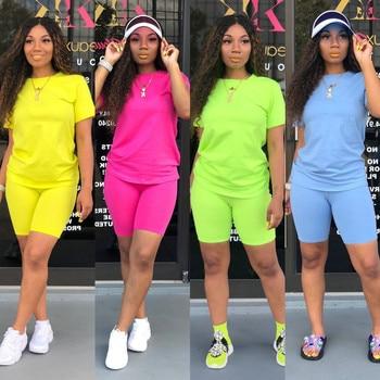 Vêtement femme deux pièces couleur unie. T-shirt ras du cou à manches courtes et Short moulant. Tenue de survêtement de Style Simple