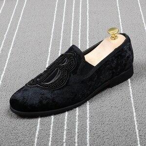 Image 2 - CuddlyIIPanda marka erkekler kadife loaferlar erkekler nakış not parti elbise sahne ayakkabı sigara terlik moda erkek Flats Sneakers
