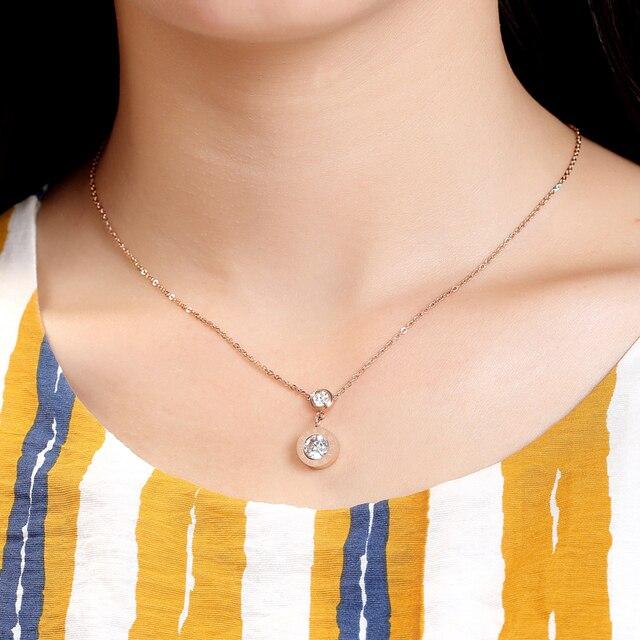 Блестящее маленькое ожерелье с подвеской из римского хрусталя