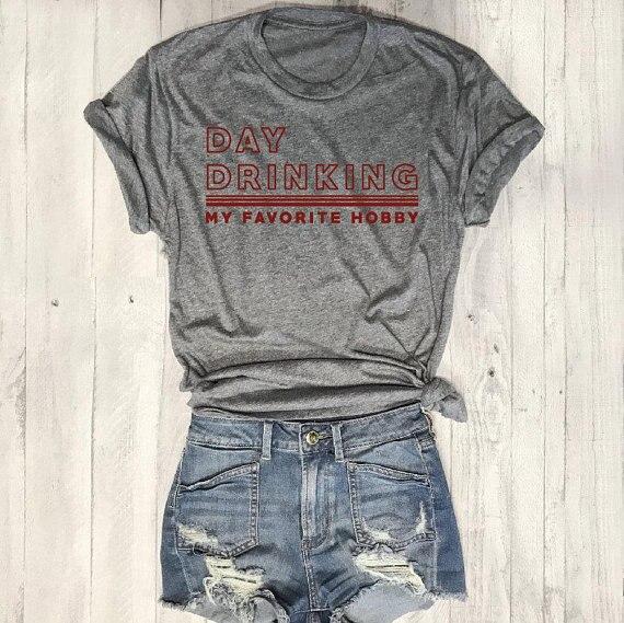 Day Drinking My Favorite Hobby 그래픽 티셔츠 캐주얼 세련된 티 힙 스터 고품질 코튼 레드 레터 슬로건 탑 레이디스 셔츠