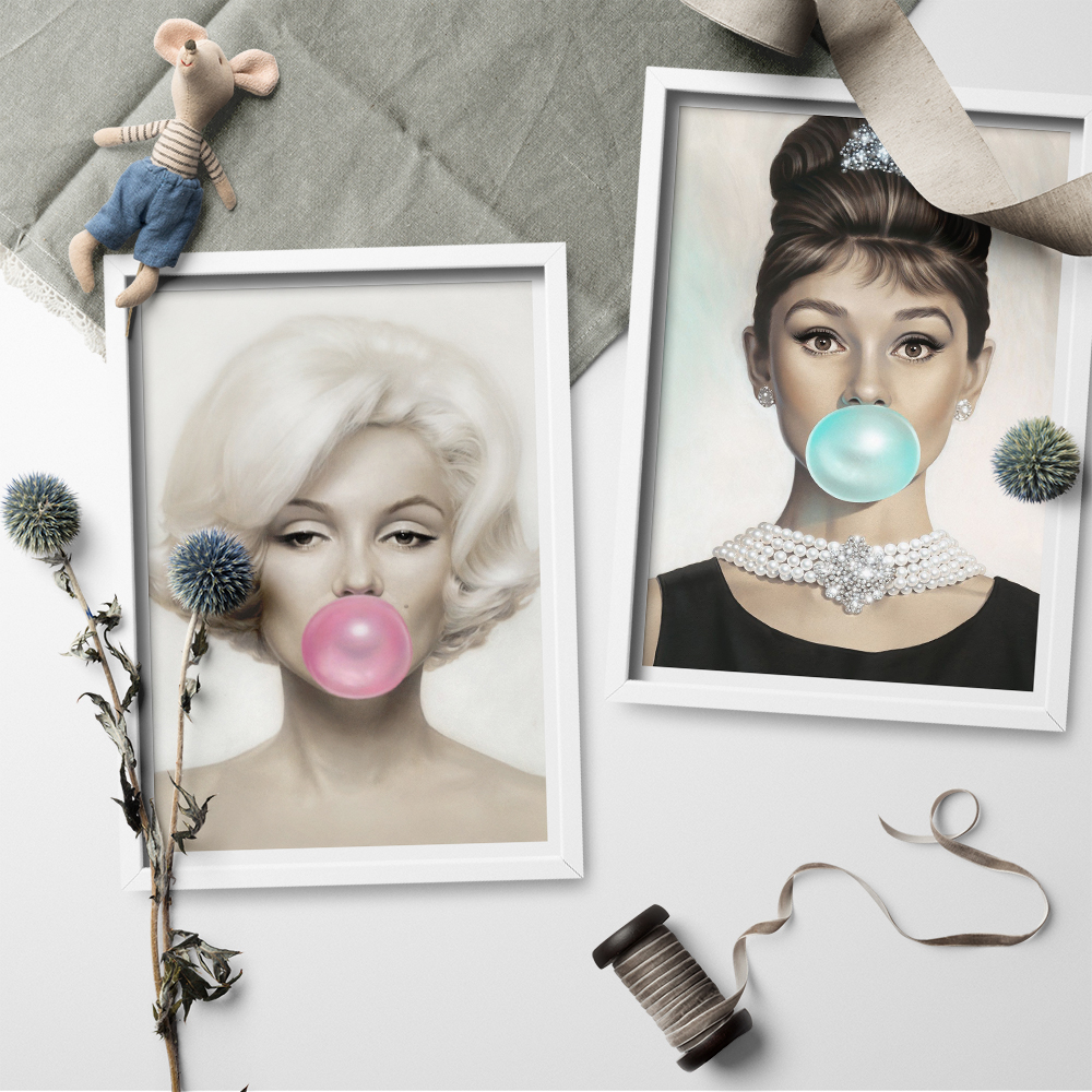 Audrey Hepburn and Marilyn Monroe Chewing Bubble Gum Canvas Wall Art Picture Print Wall Art Canvas Painting for Living Room