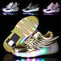 Brillante de cuero wing shoes led luminosos zapatillas de deporte con ruedas de rodillos skate shoes para los niños adultos de la ue 28-40 light up casual zapato