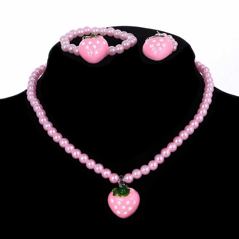 สีชมพูสดใสเลียนแบบลูกปัดมุกชุดเครื่องประดับเรซิ่นสตรอเบอร์รี่สั้นสร้อยคอสร้อยข้อมือแหวน3ชิ้น/ล็อตของขวัญที่ดีที่สุดสำหรับเด็ก