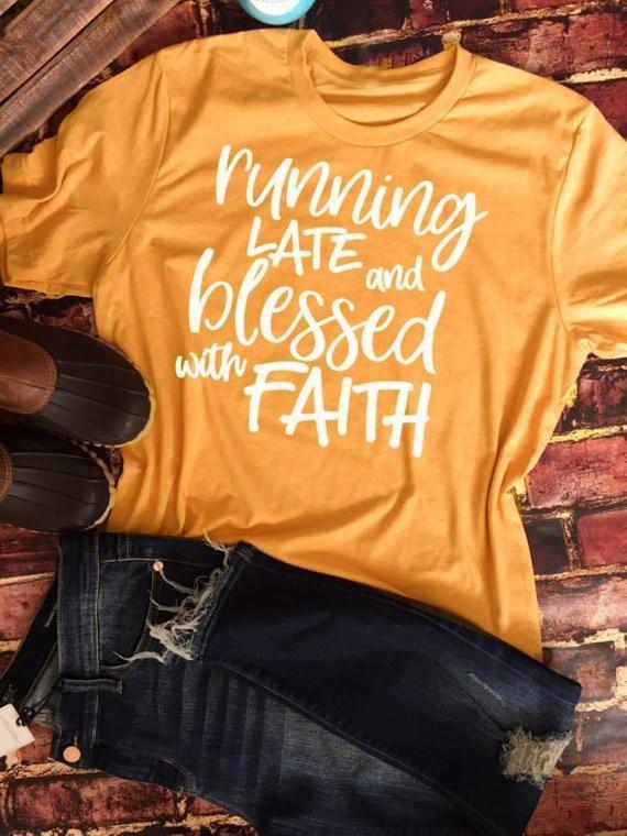 Runnin finales y bendecido con la fe de las mujeres siempre tarde pero Blessed Christian t-shirt lema Jesús algodón tumblr goth camisetas