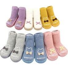 Коллекция года, зимние носки для новорожденных нескользящие носки для малышей Детские хлопковые носки-тапочки с буквенным принтом и бантом для маленьких мальчиков и девочек, Прямая поставка