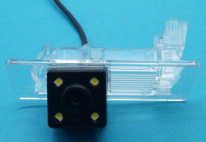 imágenes para Nightvision 4 LED CCD Chip de Visión Trasera CÁMARA de Marcha Atrás para Skoda Octavia Rápido Spaceback Superb Nuevo Passat SAGITAR Gran Lavida
