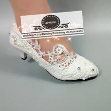 399a92ba4 Plus size moda lace branco marfim pérolas noivas sapatos de casamento  feitas à mão das mulheres baixo laço nupcial bombas sapato.