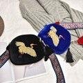 Novo design mini saco Shell de veludo saco de embreagem borla bordados À Mão Guindastes retro cinta Larga ombro bolsa para as mulheres