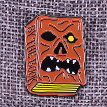 Da il libro dello smalto pin Evil Dead fans regalo Necronomicon spilla dell'esercito delle tenebre skull badge film horror pins(China)