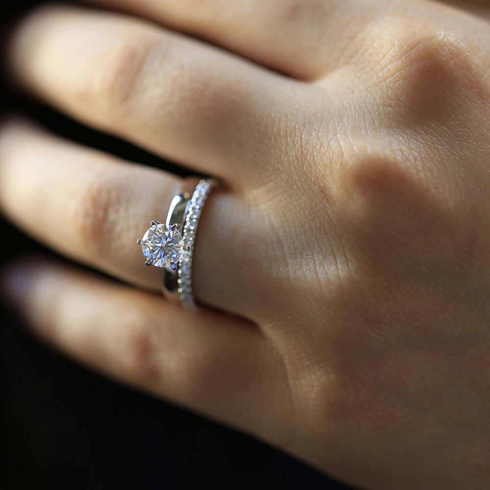 14K สีขาวทอง 1.3ctw DF รอบ Moissanite แหวนหมั้น Band lab เพชร Solitaire งานแต่งงานสำหรับสตรี (2 ชิ้น)