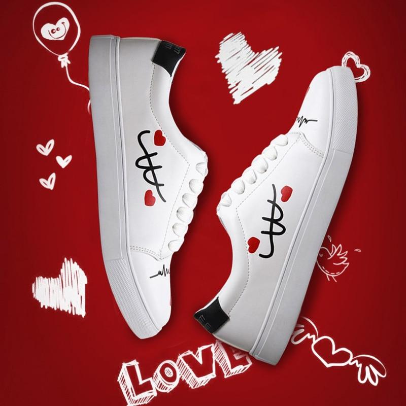 Prix pour Nouveau Design Couple Planche À Roulettes Chaussures belle Femmes amour Blanc Extérieure Waliking Chaussures Meilleurs Cadeaux Cool Plat Sport Sneakers Entraîneur