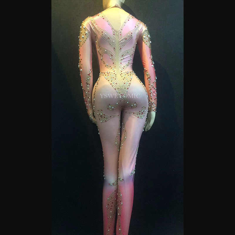 女性のセクシーなステージピンク色ジャンプスーツスパークリングクリスタルパールボディスーツナイトクラブパーティーステージ摩耗性能をレディース