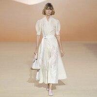 XF מסלול מעצב איכות גבוהה האופנה אביב קיץ שמלת רטרו נשים צווארון V שרוול קצר חגורת שזיף הרקומה שמלה לבנה