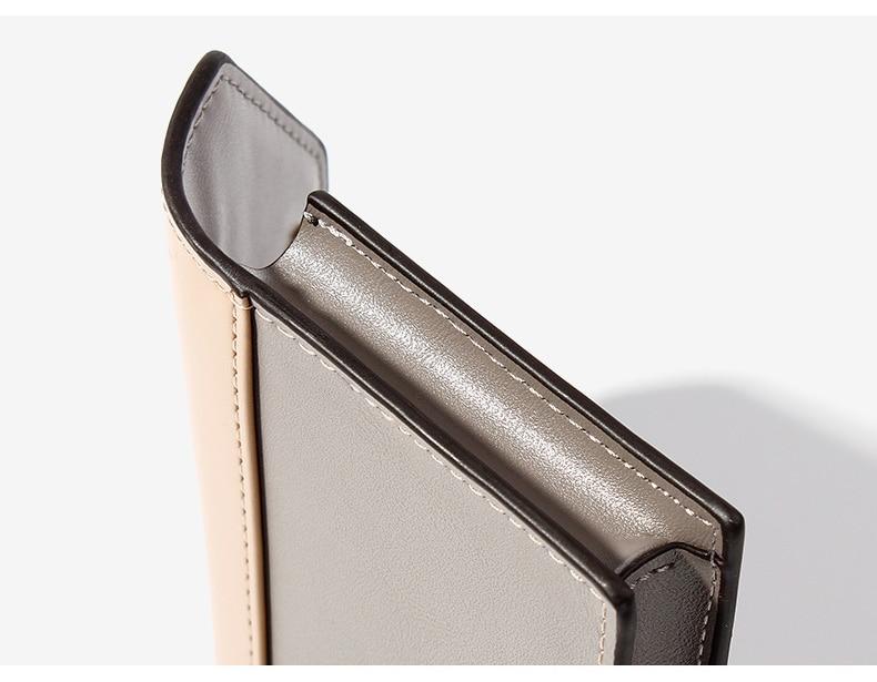 feminina compacta feita em couro sintético de