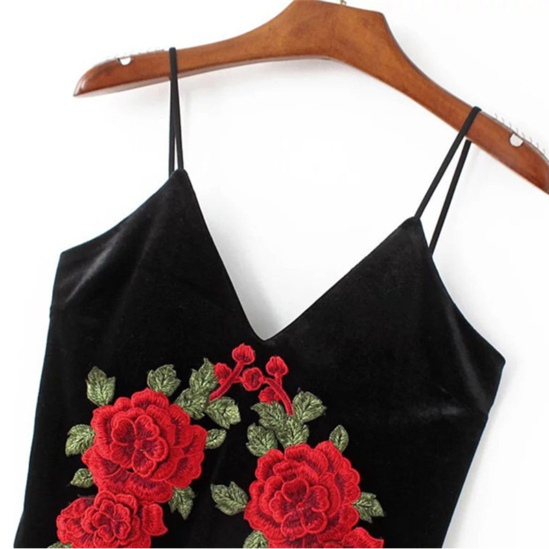 Mustast sametist kleit roosidega