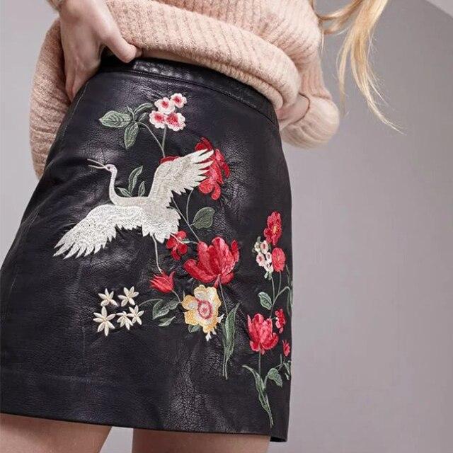 2017 Новый Искусственная Кожа Pu Юбки Женщин Американский Цветочные Вышивка Юбки Черный Мини Высокой Талии Юбки BBWM16166