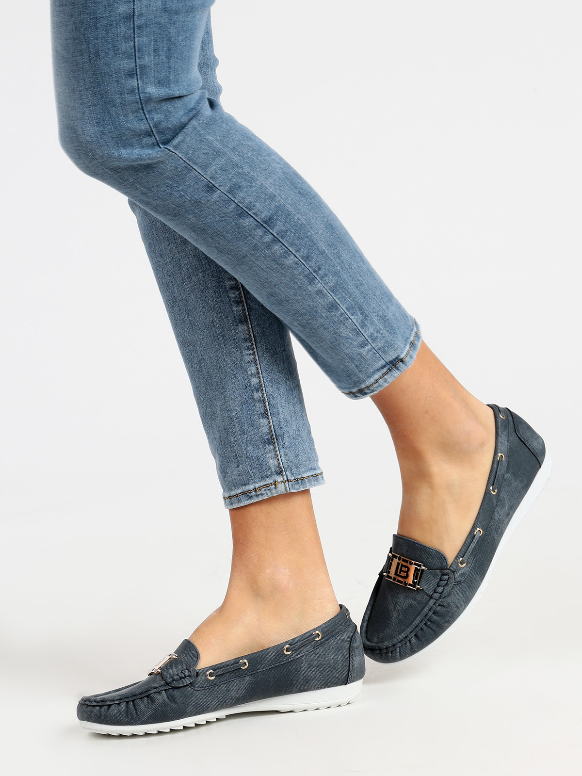 Woman boat shoes effect jeans